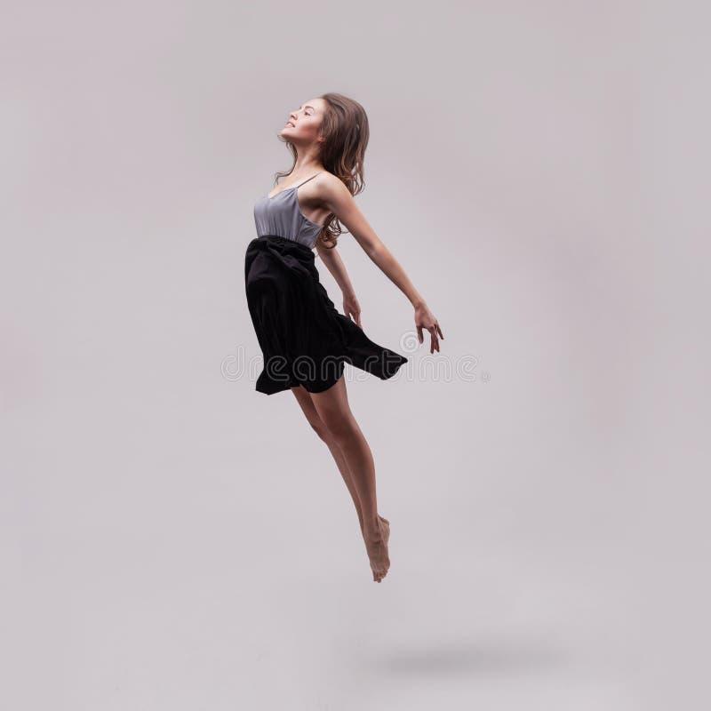 Młody piękny kobieta tancerza doskakiwanie zdjęcie stock