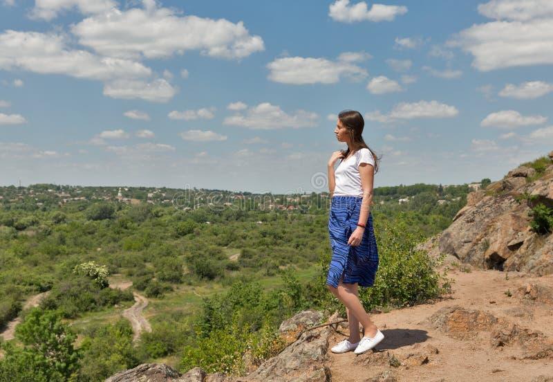Młody piękny na skały z Migeya dolinnym widokiem, Ukraina obrazy royalty free