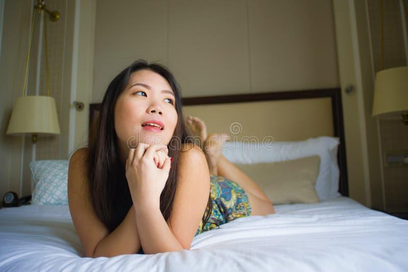 Młody piękny, szczęśliwy Azjatycki Chiński Koreański lying on the beach na łóżku w uczuciu i w domu lub fotografia stock