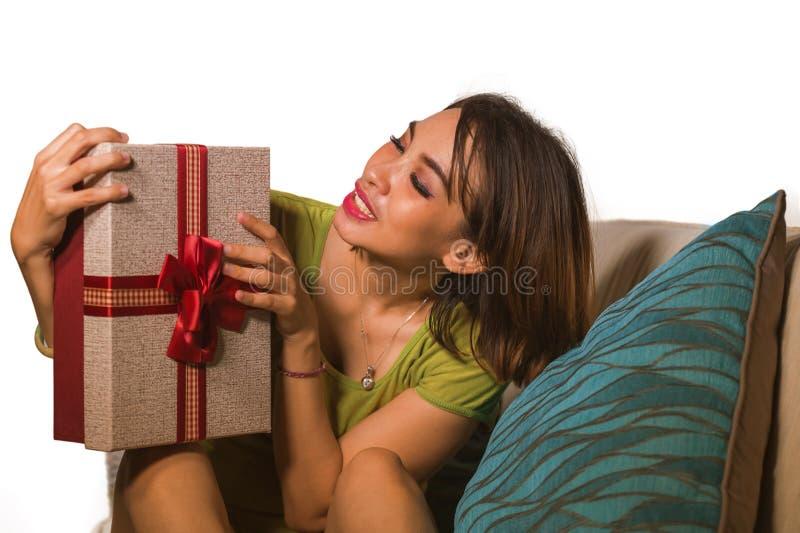 Młody piękny, szczęśliwy Azjatycki Indonezyjski kobiety mienia urodziny i pokazuje prezenta pudełko rozochoconego i z podniecenie zdjęcia stock