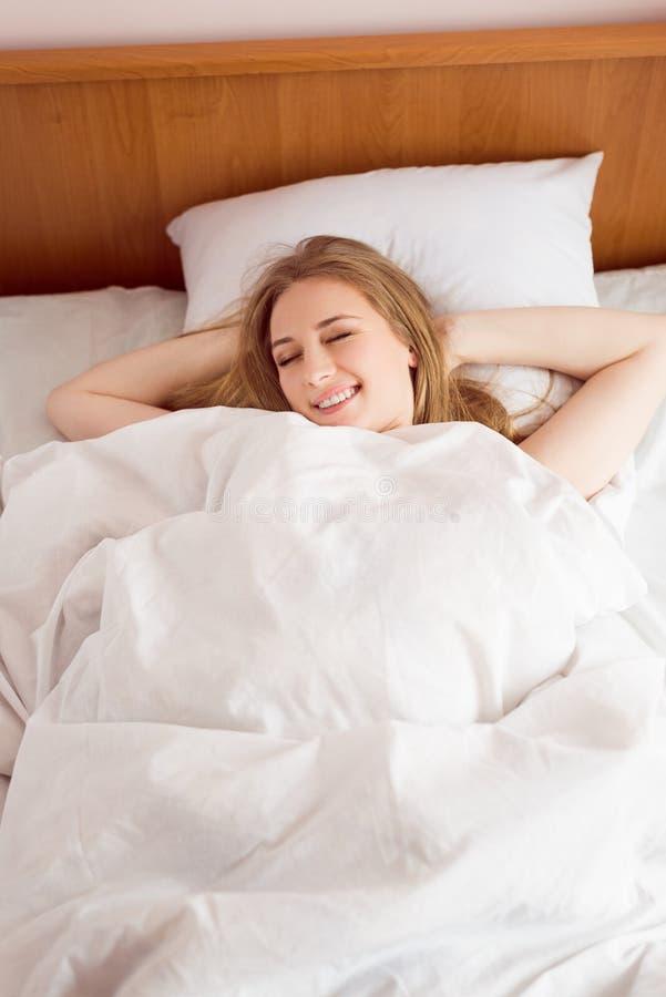 Młody piękny szczęśliwy uśmiechnięty blondynki damy lying on the beach fotografia royalty free