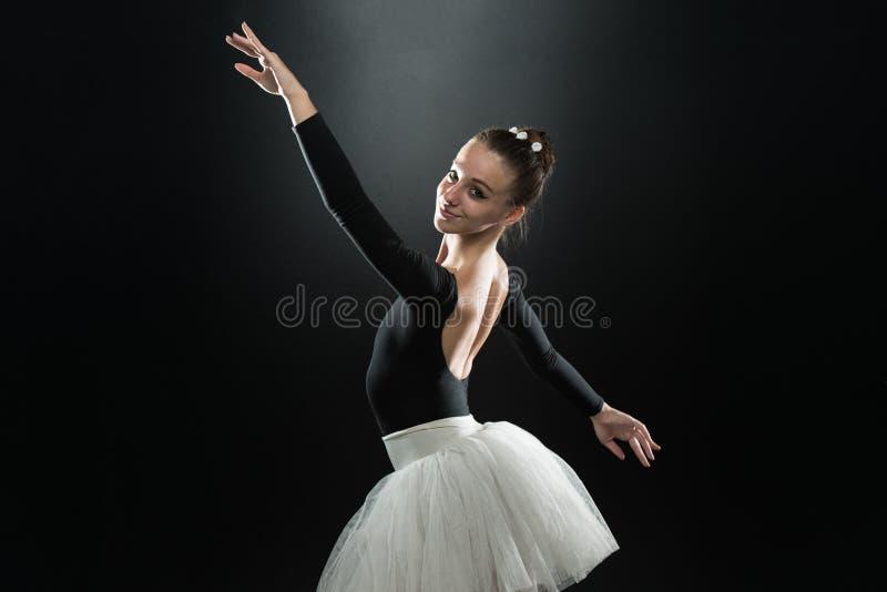 Młody piękny tancerz pozuje na pracownianym tle zdjęcia stock