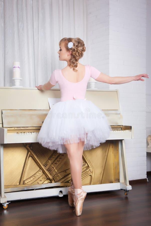 Młody piękny tancerz pozuje w tana studiu fotografia stock