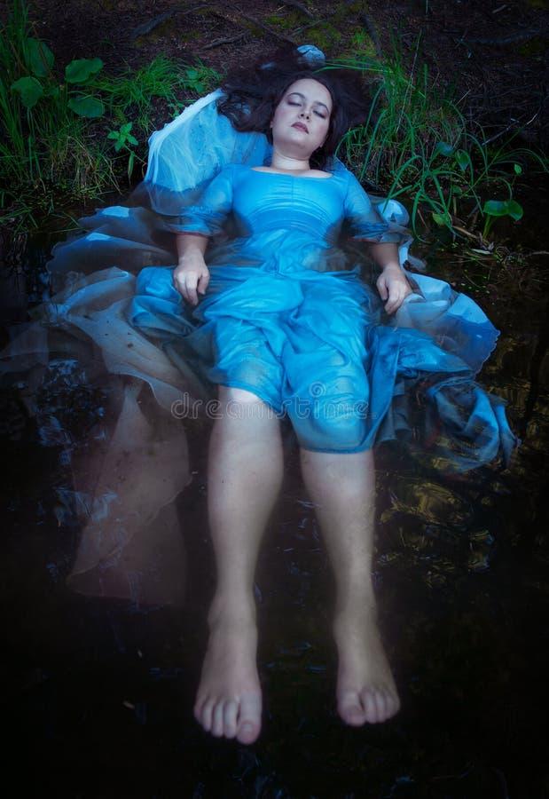 Młody piękny tonący kobiety lying on the beach w wodzie obrazy royalty free