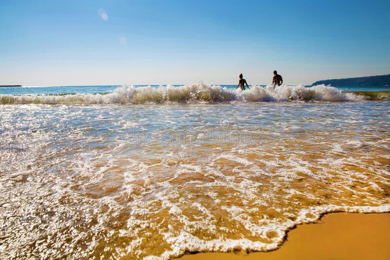 Młody piękny unrecognizable od chodzenie pary rusza się Czernić morze obrazy stock