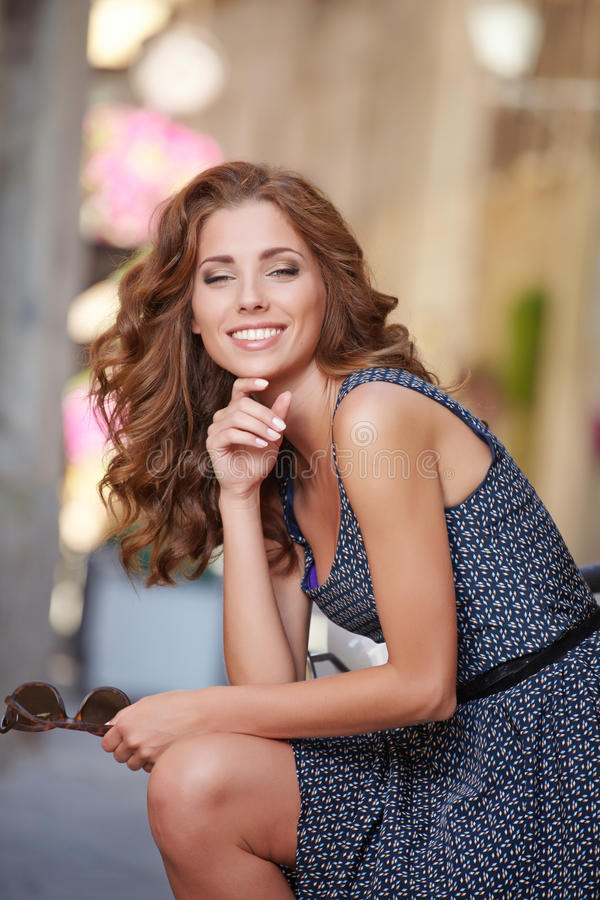 Młody piękny włoski kobiety obsiadanie na hulajnoga zdjęcia royalty free