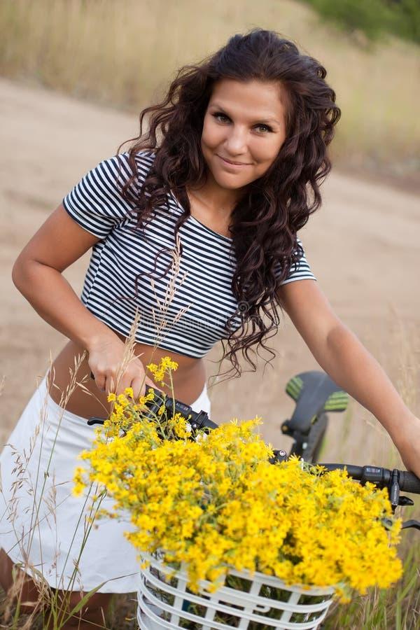 Download Młody Piękny Womanon Rower W Wsi Zdjęcie Stock - Obraz złożonej z enjoy, ciało: 57652404