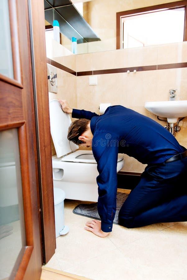 Młody pijący lub chory mężczyzna buchanie fotografia royalty free