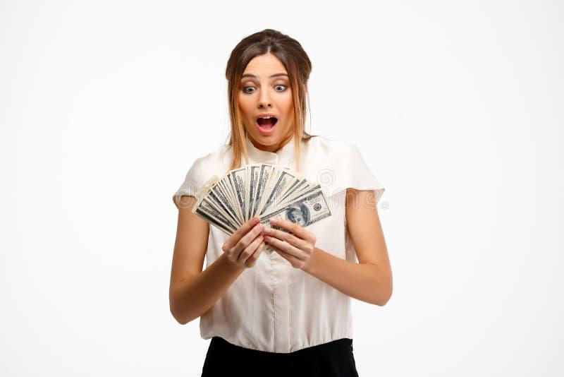 młody pomyślny bizneswomanu mienia pieniądze nad białym tłem zdjęcia royalty free