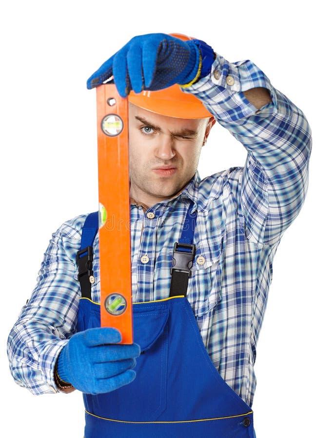 Młody pracownik budowlany z spirytusowym poziomem fotografia royalty free