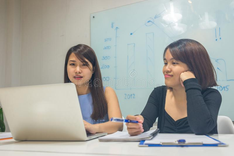 Młody pracownik dyskutuje o pracie na laptopie obraz stock