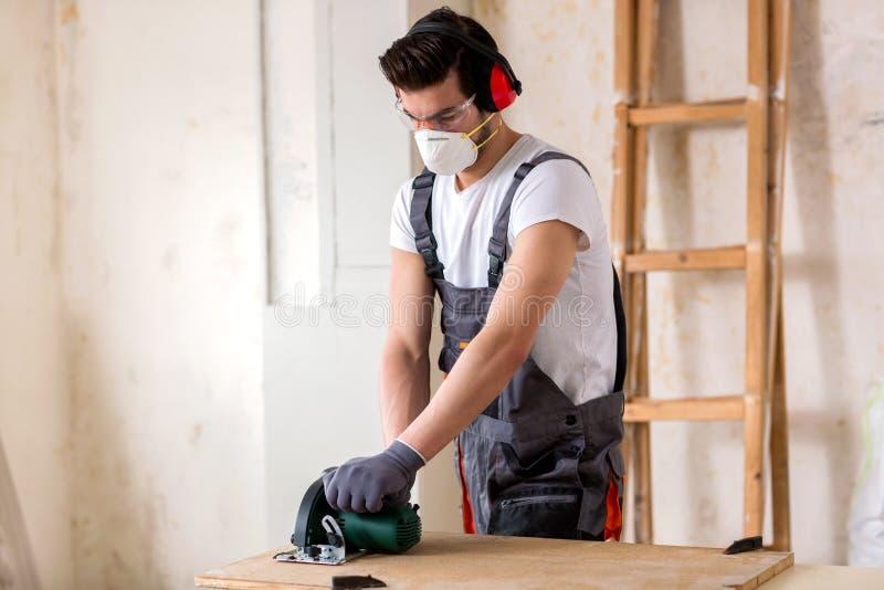 Młody pracownik jest ubranym ochronną maskę obraz stock