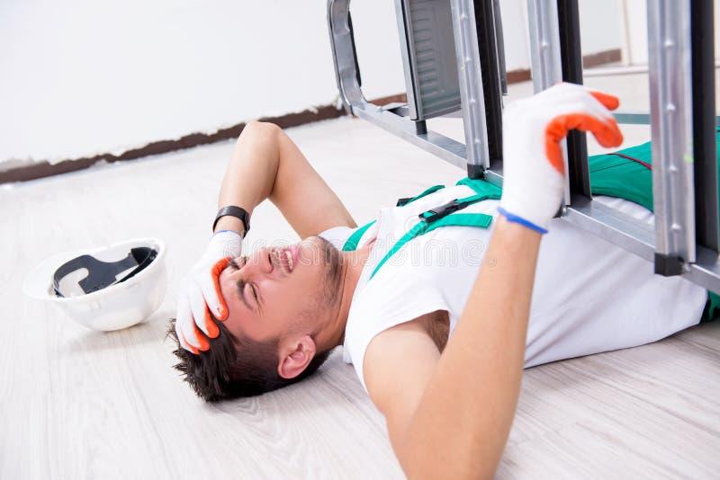 Młody pracownik spada od drabiny zdjęcia stock