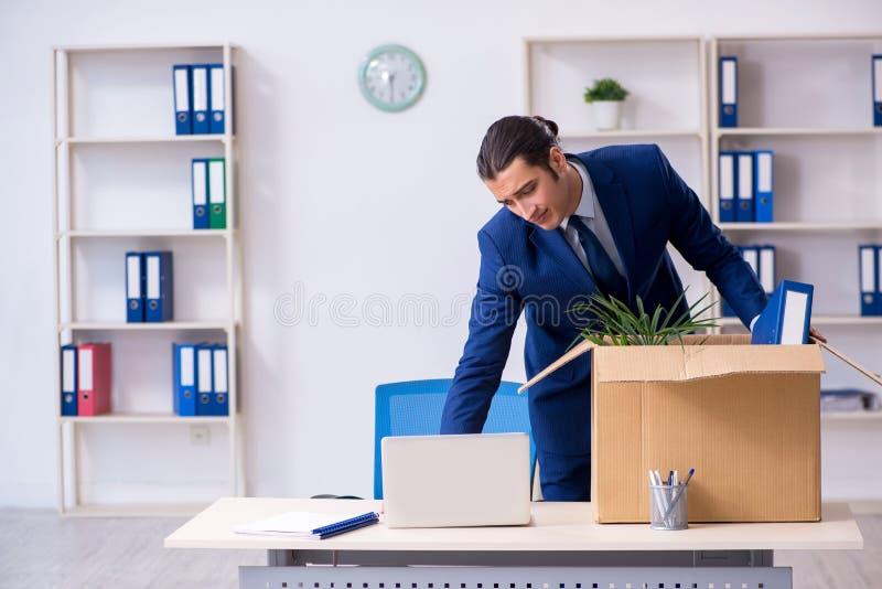 Młody pracownik zostaje zwolniony obraz stock