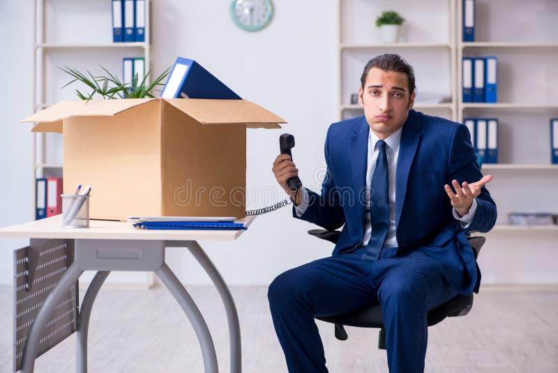 Młody pracownik zostaje zwolniony zdjęcia stock