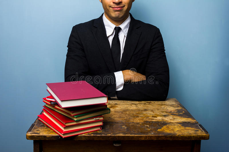 Młody prawnik z stertą książki zdjęcia stock