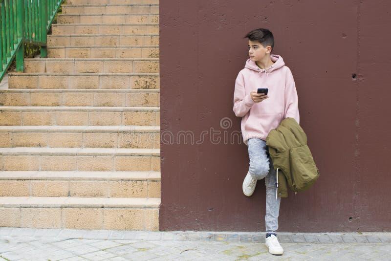 Młody preteen z telefonem komórkowym zdjęcia royalty free