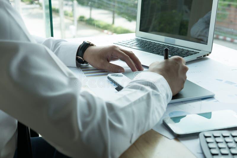 Młody projektant grafik komputerowych pracuje z komputerem kreatywnie mężczyzna używać zdjęcia royalty free