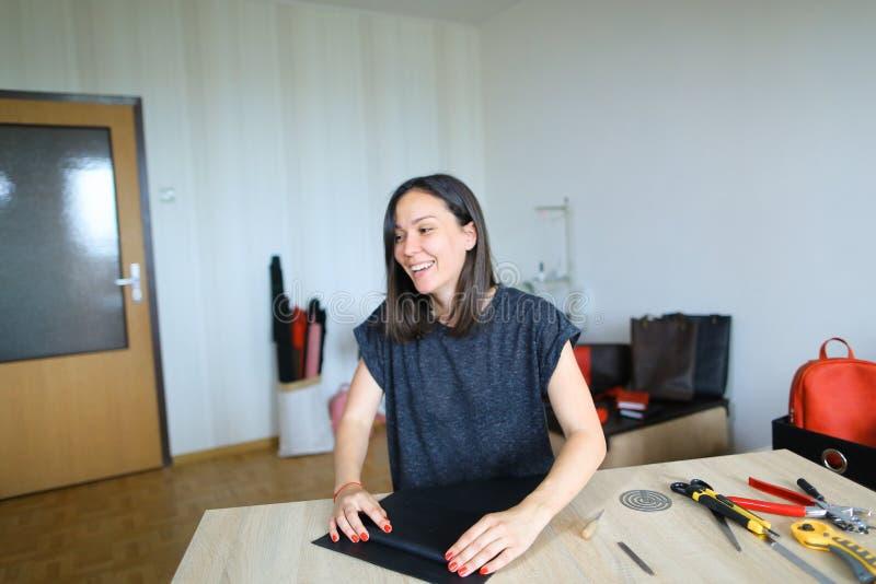 Młody projektant robi kobietom torbom dla sprzedaży obrazy royalty free