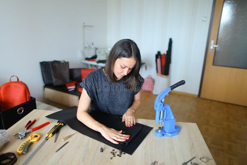 Młody projektant robi kobietom torbom dla sprzedaży fotografia stock