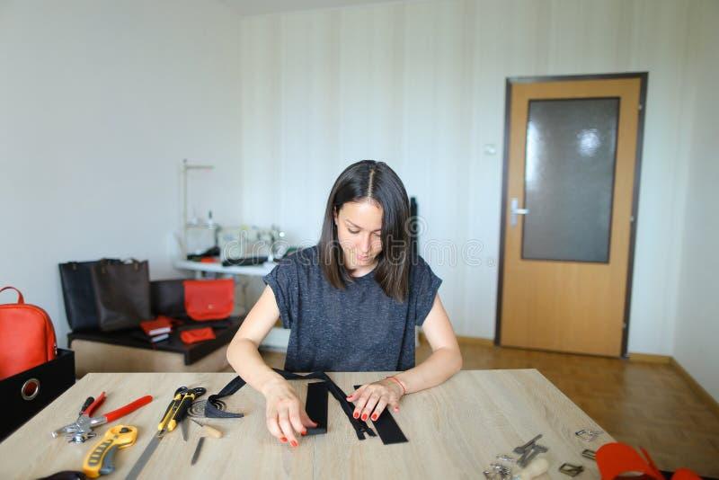 Młody projektant robi kobietom torbom dla sprzedaży zdjęcia stock