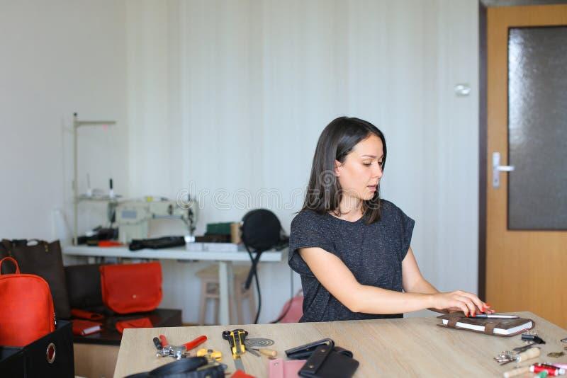 Młody projektant robi kobietom torbom dla sprzedaży zdjęcie stock