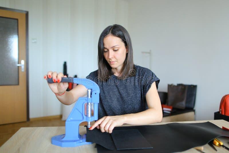 Młody projektant robi kobietom torbom dla sprzedaży zdjęcia royalty free