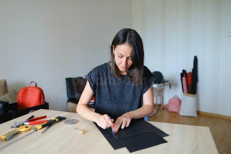 Młody projektant robi kobietom torbom dla sprzedaży fotografia royalty free