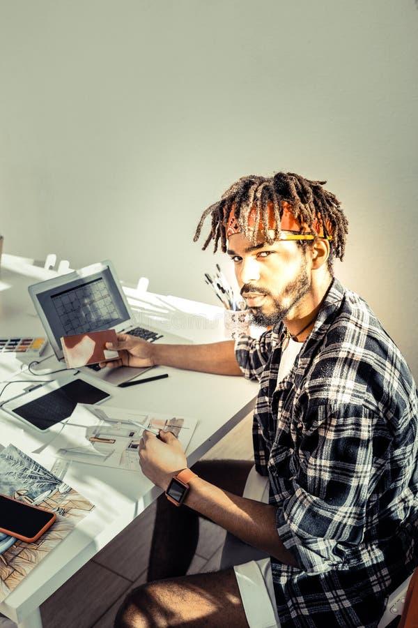 Młody projektant wnętrz czuje odpowiedzialnego działanie na nowym projekcie zdjęcie stock