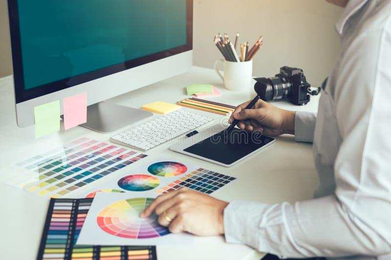 Młody projektanta obsiadanie w firmy działaniu na digi i biurze zdjęcia royalty free