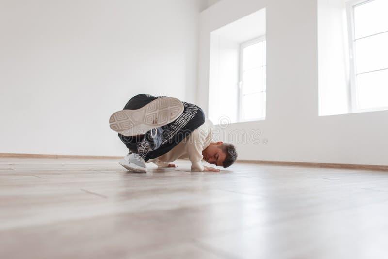 Młody przerwa tancerz w białym pulowerze pokazuje jego umiejętności zdjęcia royalty free