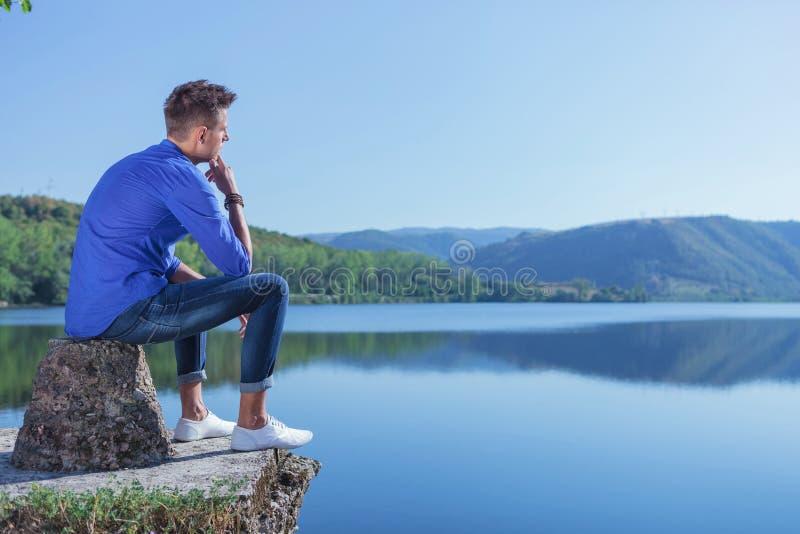 Zadumany mężczyzna jeziorem obrazy royalty free