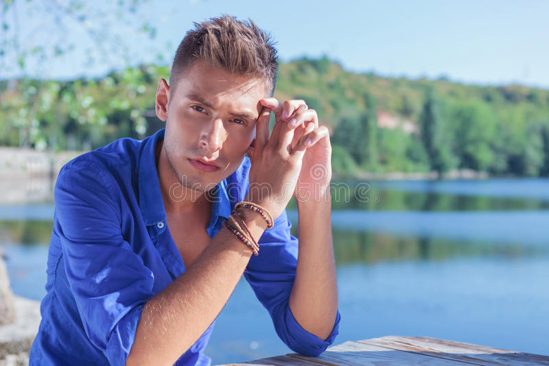 Mężczyzna pozuje przy stołowym pobliskim jeziorem zdjęcie stock