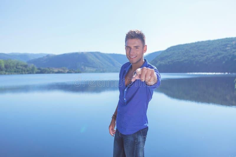 Mężczyzna wskazuje blisko jeziora zdjęcia royalty free