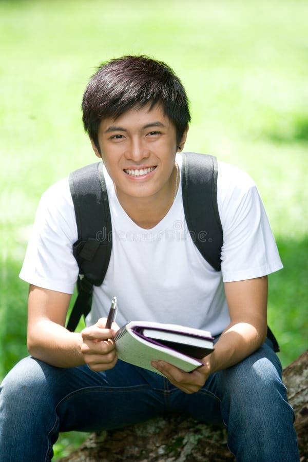 Młody przystojny Azjatycki uczeń z laptopem obraz stock