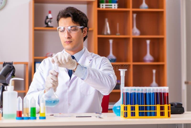 Młody przystojny biochemik pracuje w lab zdjęcia royalty free