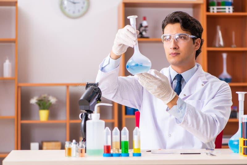 Młody przystojny biochemik pracuje w lab obraz stock