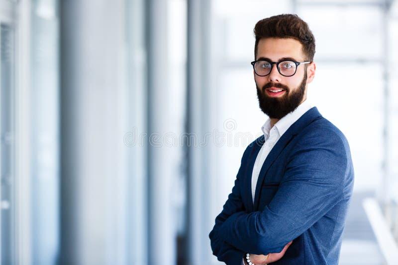 Młody Przystojny biznesmen Pozuje Przy miejscem pracy obrazy royalty free