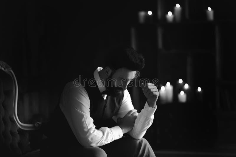Młody przystojny brodaty caucasian mężczyzna obsiadanie na rocznik kanapie Perfect fryzura i skóra Być ubranym kamizelkę, biała k obraz royalty free