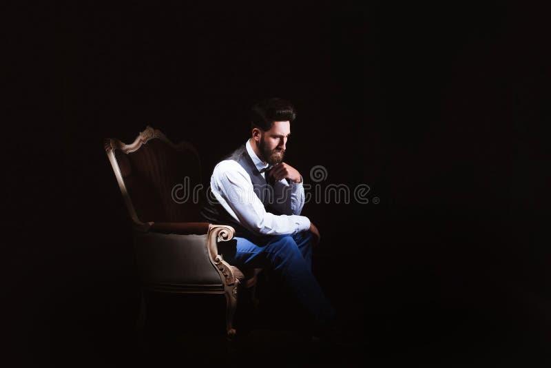 Młody przystojny brodaty caucasian mężczyzna obsiadanie na rocznik kanapie Perfect fryzura i skóra Być ubranym kamizelkę, biała k obrazy royalty free