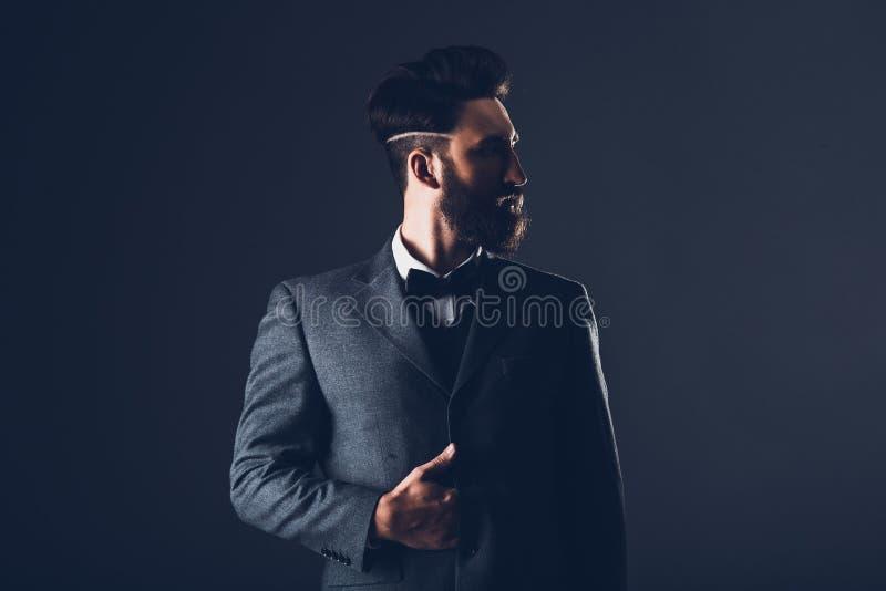 Młody przystojny brodaty caucasian mężczyzna pozuje indoors Perfect fryzura i skóra Być ubranym elegancką kurtkę, cajgi studio zdjęcie stock