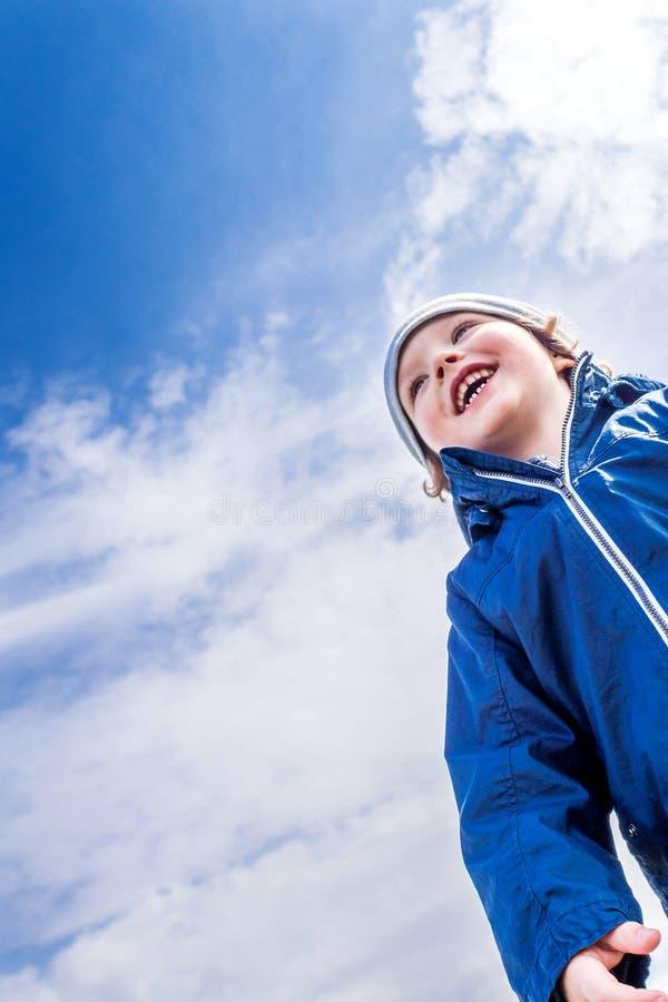 Młody przystojny chłopiec śmiać się zdjęcie stock