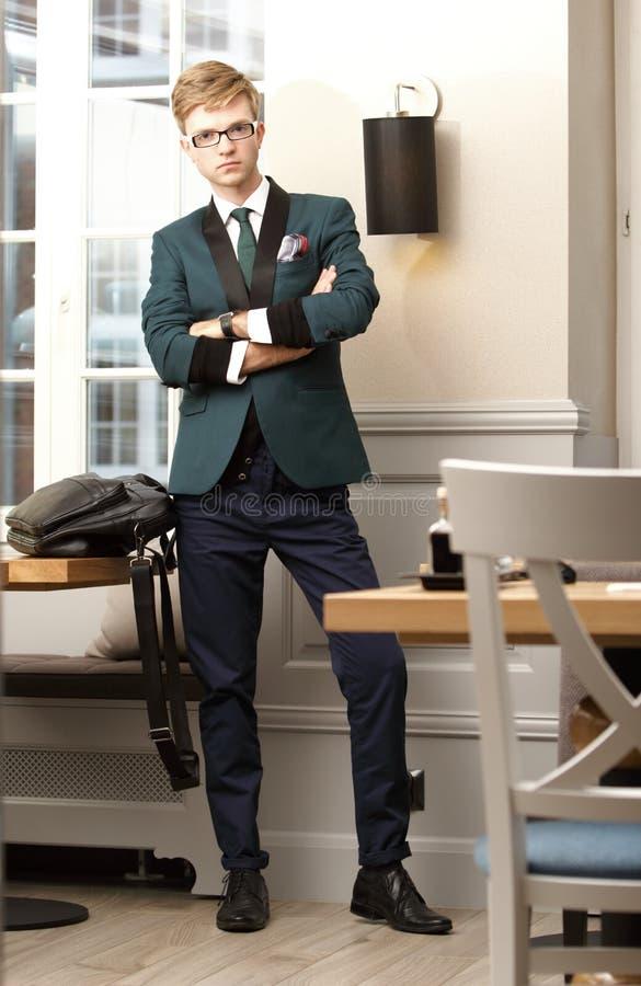 Młody przystojny elegancki mężczyzna w modnej kawiarni fotografia royalty free