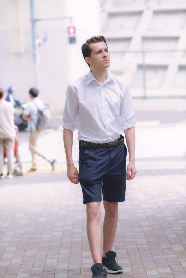 Młody przystojny Francuski mężczyzny odprowadzenie w ulicach Tokio zdjęcia royalty free