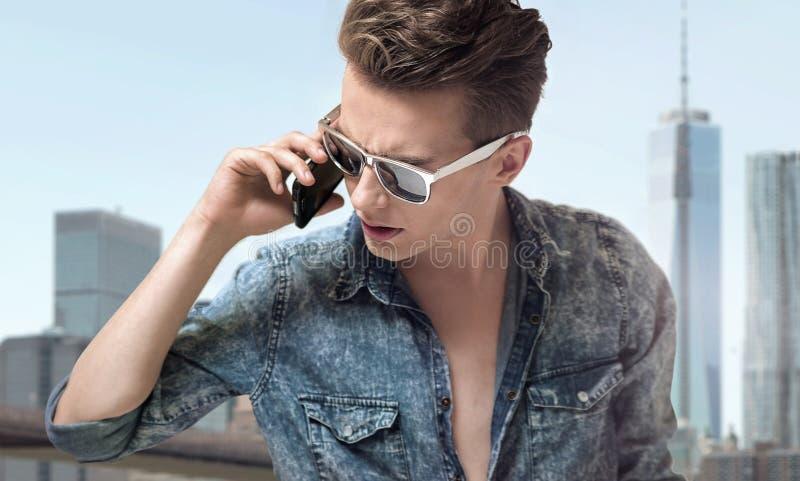 Młody przystojny mężczyzna jest ubranym eleganckich okulary przeciwsłonecznych zdjęcia royalty free