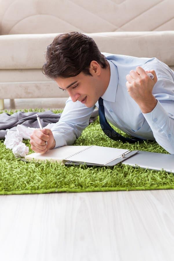 Młody przystojny mężczyzna pracuje pod początkowym projektem w domu zdjęcie stock