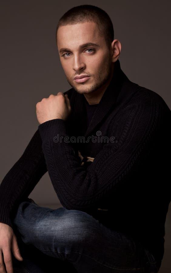 Młody przystojny mężczyzna ` s portret z poważną twarzą i główkowaniem zdjęcie stock