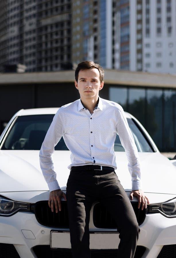 Młody przystojny mężczyzna w koszula blisko samochodu zdjęcie royalty free