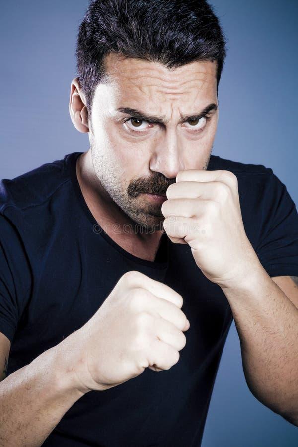 Młody przystojny mężczyzna z brody i wąsy studia portretem zdjęcie stock