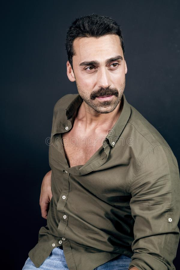 Młody przystojny mężczyzna z brody i wąsy studia portretem zdjęcia stock
